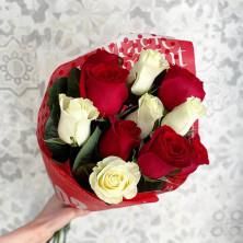 11 роз ассорти в крафте